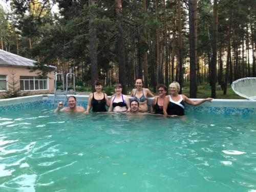 Купание в летнем бассейне